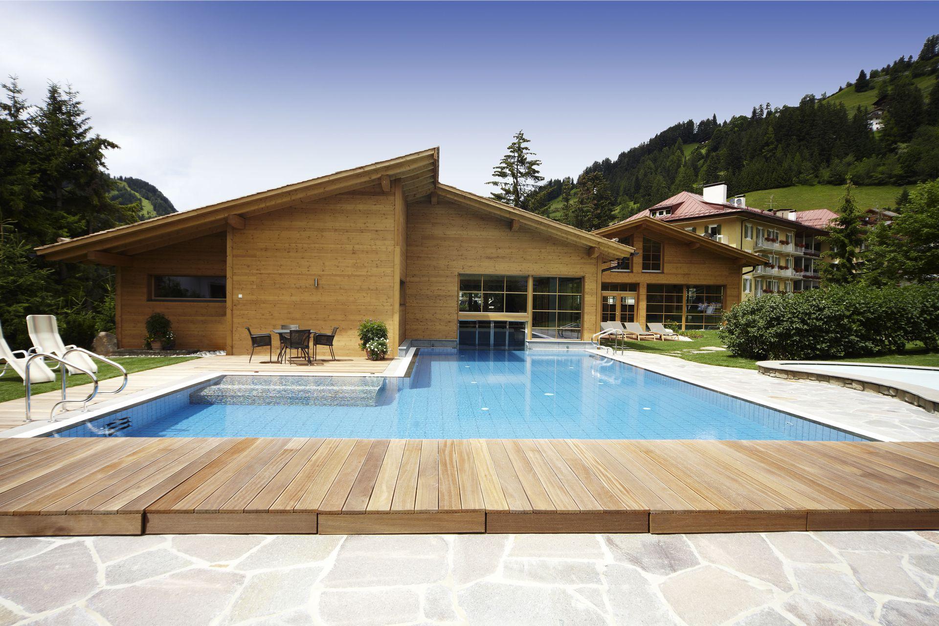 Hotel con piscina coperta per bambini in val gardena for Piani lussuosi con piscina coperta